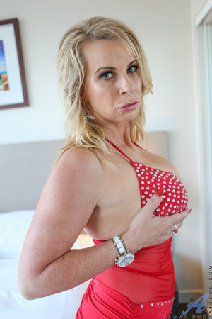 Hot MILF Sammi Rox touch herself in the bed