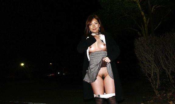 Japanese milf show herself in public n°3