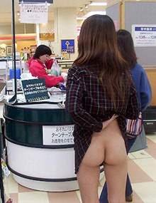 Japanese milf show herself in public