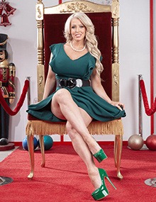 Alura Jenson is a good Christmas Elf